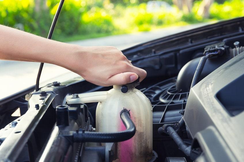 車の冷却水とは?役割と点検・補充方法を知っておこう